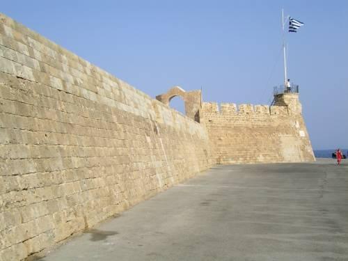 Die griechische Flagge der Firkas Bastion am Eingang zum Hafen von Chania