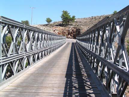 Διασχίζοντας τη γέφυρα της Αράδαινας