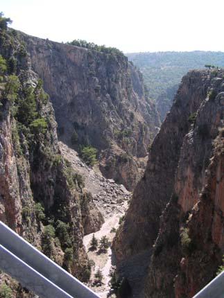 Το φαράγγι της Αράδαινας από τη Γέφυρα