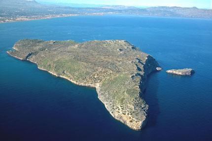 Το νησάκι Θοδορού απέναντι από την Αγια Μαρίνα