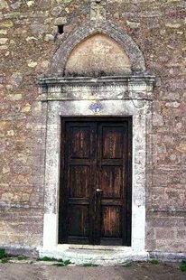Un portail de l'église de la Panagia dans le Monastère de Chrysopigi
