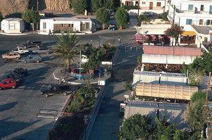 Η κεντρική πλατεία του λιμανιού και το χωριό της Αγίας Γαλήνης