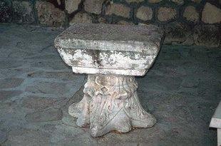 Une petite table aménagée d'une ancienne colonne corinthienne, Moni Palianis