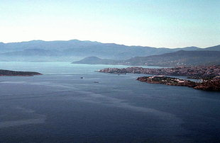 Agii Pandes Island and the city of Agios Nikolaos