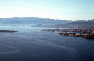 Die Agii Pandes-Inseln und die Stadt Agios Nikolaos