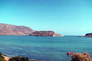 Das Inselchen Spinalonga und die venezianische Festung vor dem Dorf Plaka