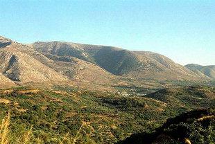 La catena montuosa di fronte al sito di Lyttòs