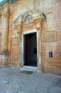 Le portail de l'église avec des inscriptions grecques et latines, Moni Agias Triadas