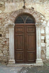 Une porte dans le mur nord de l'église d'Agios Nikolaos, Chania