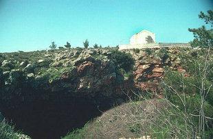 Die Skotino Höhle und die Agia Paraskevi-Kirche