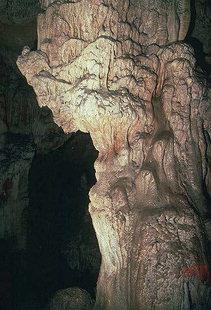 Stalactites et stalagmites dans la grotte de Sendoni, Zoniana