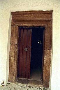 Altes Portal im Dorf Roustika