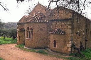 Die dreischiffige byzantinische Agios Pandeleimonas-Kirche, Pigi