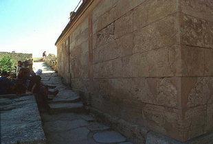 Η κεκλιμένη δίοδος, της Βόρειας Εισόδου, που οδηγεί στην περιοχή της  Κεντρικής Αυλής, Κνωσός