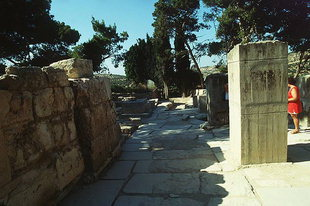 Η κεκλιμένη δίοδος, της Βόρειας Εισόδου, που οδηγεί στην περιοχή της  του Τελωνείου, Κνωσός