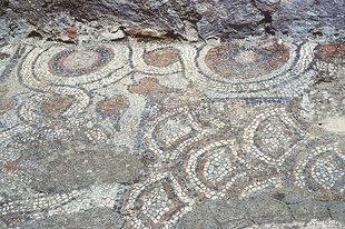 Ruines du mosaïque d'une église préexistante devant la Panagia, Thronos