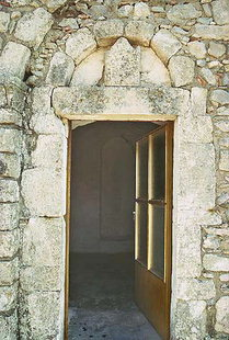 Η εξώθυρα της Αγίας Άννας στο Αμάρι