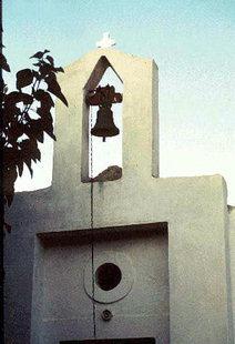 Glockenturm einer vierschiffigen Kirche an der Strecke nach Therisos