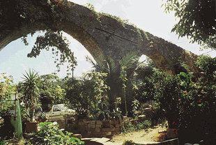 Un ancien aqueduc derrière la place d'Elos
