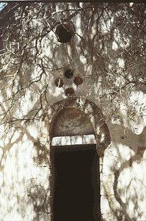 Η εξώθυρα της Βυζαντινής εκκλησίας του Σωτήρα Χριστού στη Σκλαβοπούλα