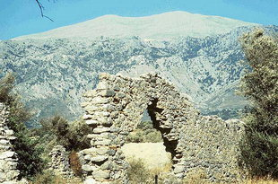 Η βασιλική εκκλησία στην Ελληνική και το Όρος Ψηλορείτης στο βάθος