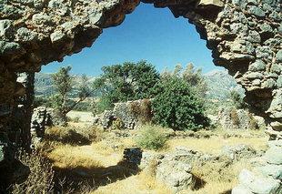 Υπολείμματα από τη τρίκλιτη βασιλική εκκλησία στην Ελληνική στο  Βιζάρι