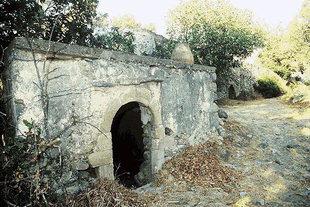 Überreste einer alten Mühle und eines Aquäduktes in Vizari