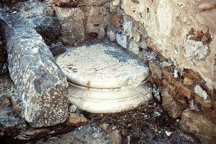 Antike Überreste, benutzt zum Bau der Agios Ioannis Theologos-Kirche in Lendas