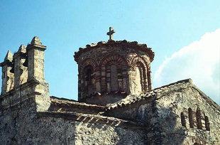 Ο τρούλος και το κωδωνοστάσιο της εκκλησίας της Παναγίας Λαμπινής