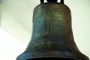 Die Glocke von der Agios Ioannis-Kirche in Agios Ioannis, Amari