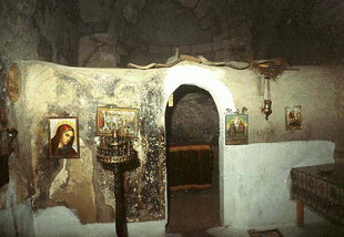 L'iconostase en pierre de l'église des Agii Theodori à Agios Kirilos