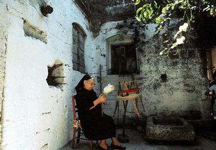 Une femme qui file la laine dans la cour de la villa Vénitienne, Kalathenes