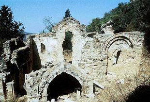 Die Überreste der Agia Varvara-Kirche aus dem 15. Jhdt. in Latsiana