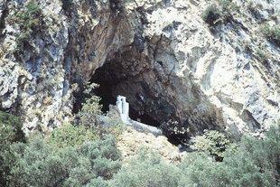 Το εκκλησάκι του σπήλαιου της Αγίας Σοφίας στα Τοπόλια