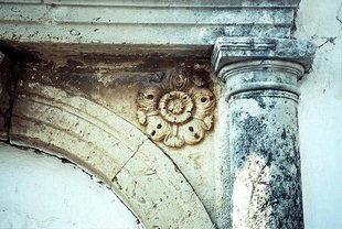 Un particolare del portale veneziano ad Amnatos
