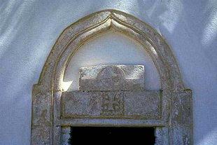 Η διακοσμητική εξώθυρα της εκκλησίας της Ζωοδόχου Πηγής στην Πυργού