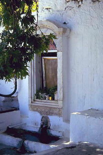 La fontaine dans le Monastère de Gorgoliani