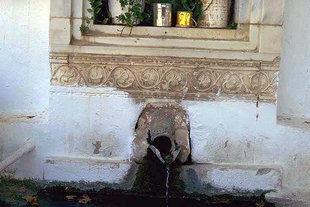 Un détail de la fontaine du Monastère de Gorgoliani