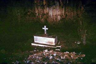 La tombe commune des victimes dans la grotte de Melidoni