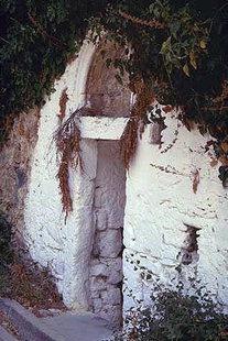 Η εξώθυρα της παλιάς βασιλικής εκκλησίας του Αγίου Δημητρίου στη Βιράν Επισκοπή