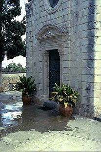 Μια εξώθυρα στην εκκλησία της Παναγίας στα Τσικαλαριά