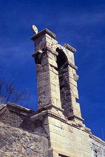 Το κωδωνοστάσιο της εκκλησίας της Αναλήψεως κοντά στις Μάλλες