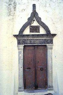 Das schmuckvolle Portal der Agios Antonios-Kirche in Kalamafka