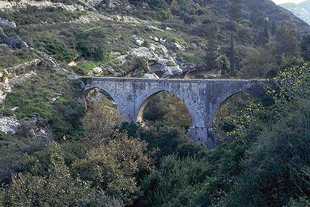 The support bridge of the Venetian aqueduct (Karidaki)