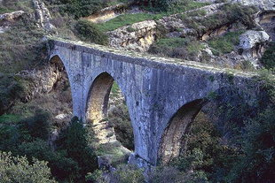 Η υποστηρικτική γέφυρα του Βενετικού υδραγωγείου (Καρυδάκι)