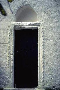 Η εξώθυρα της εκκλησίας της Αγίας Ειρήνης στον Κουρνά