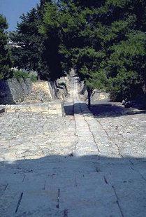 L'ancienne route Minoenne pavée du palais vers la ville de Knossos