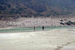 Η λευκή αμμώδης παραλία στη Γραμβούσα