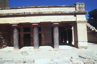 The portico fuori del Megaron del Re a Knossos