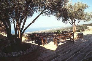 Hübscher Hof im Agia Irini-Kloster mit Blick auf Rethimnon